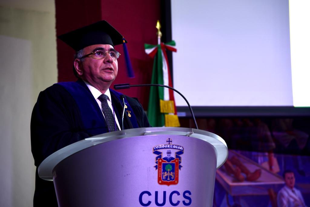 Presidente de la Academia Mexicana de la Ciencia dirigiendo un mensaje desde el pódium
