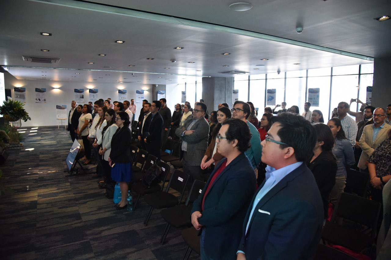 Público de pie durante el acto inaugural del evento