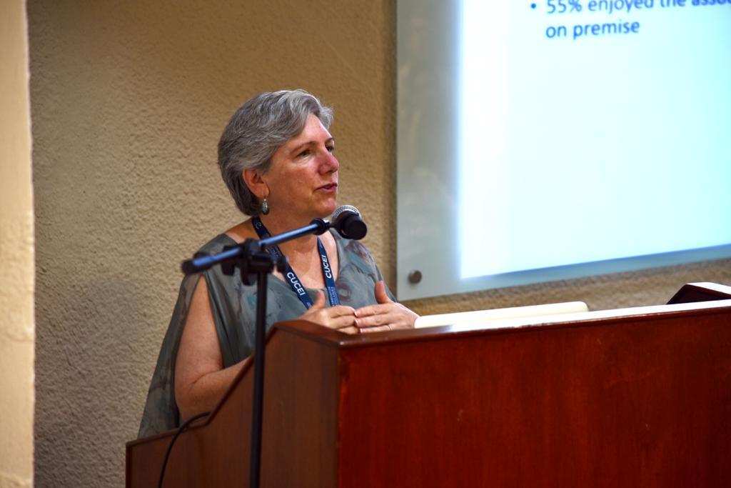 Conferencista invitada en el pódium 1