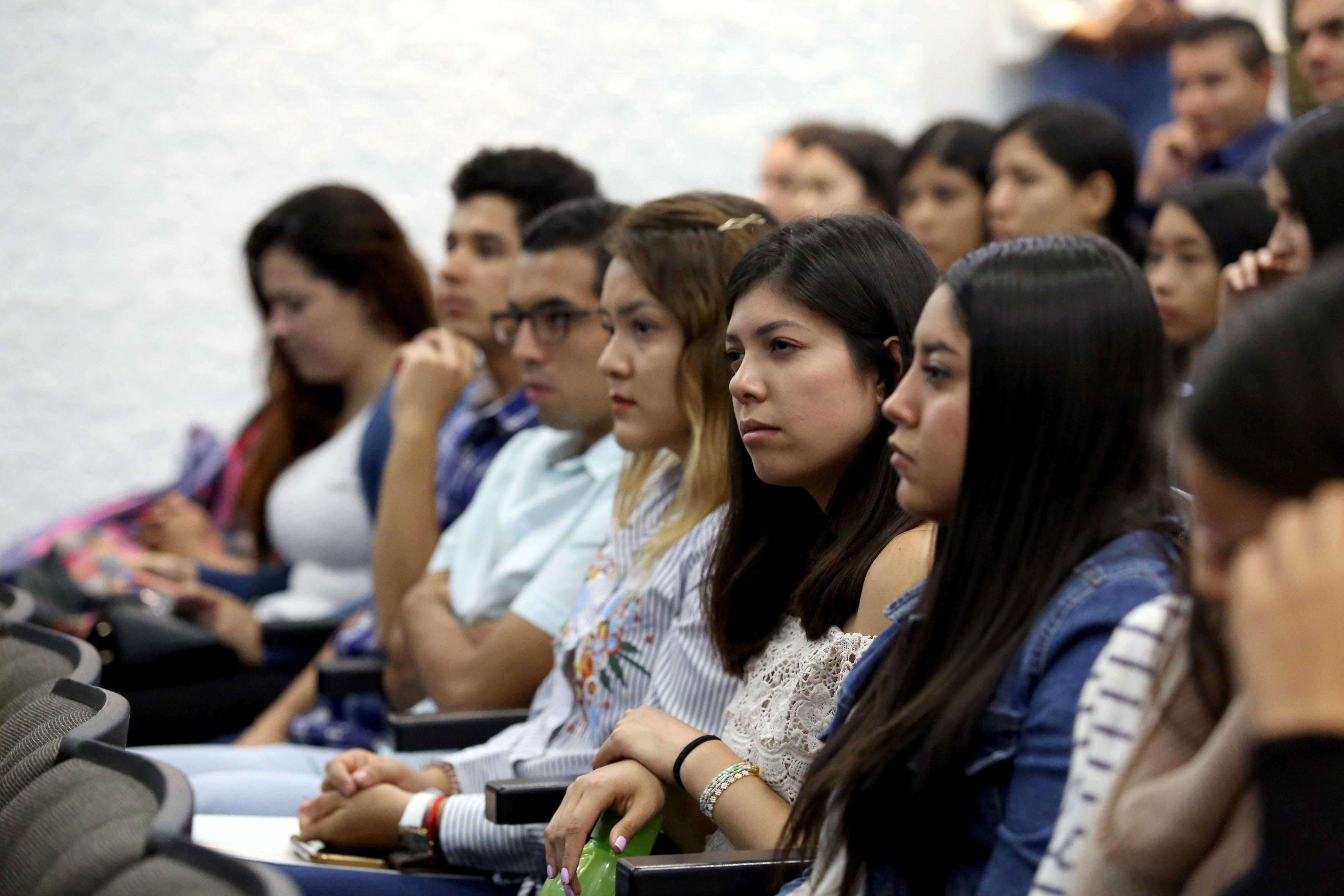 Alumnos de la licenciatura presentes en la entrega del reconocimiento