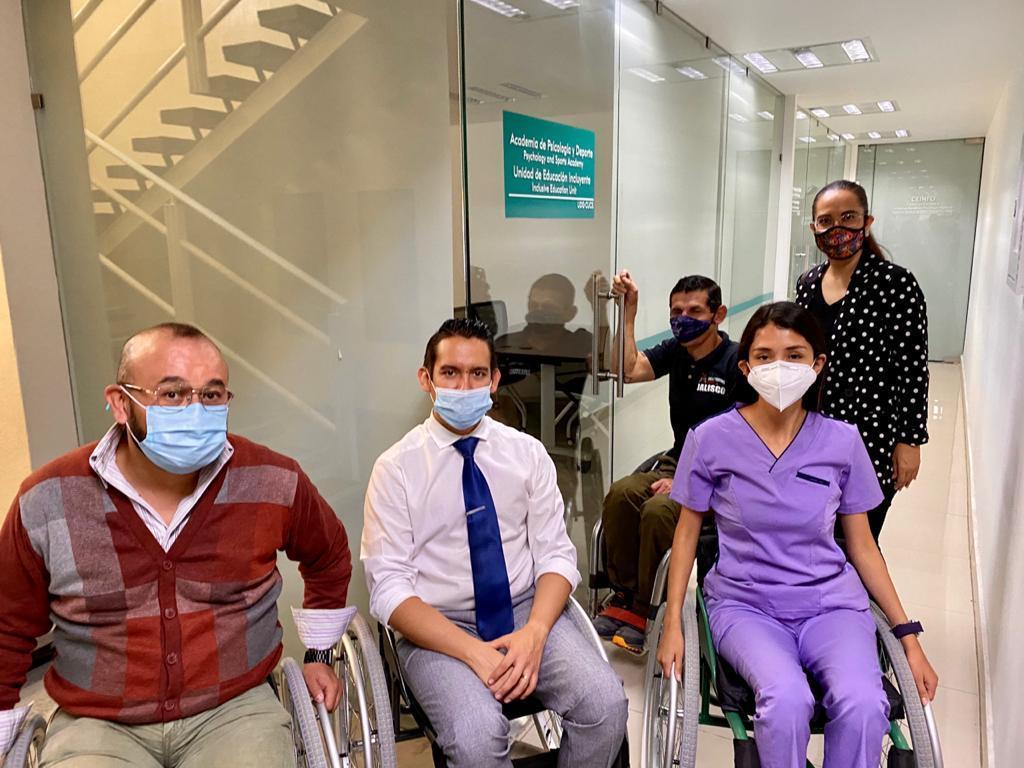 Académicos de CUCS en silla de ruedas en oficinas de la Clinica
