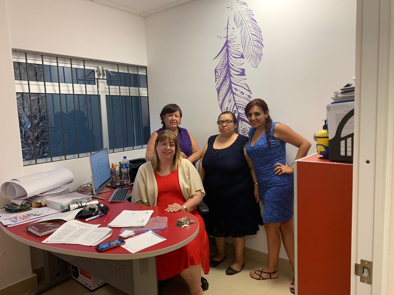 Dra Serafina Castro posando para la foto con el equipo de psicólogas del INPSIEE