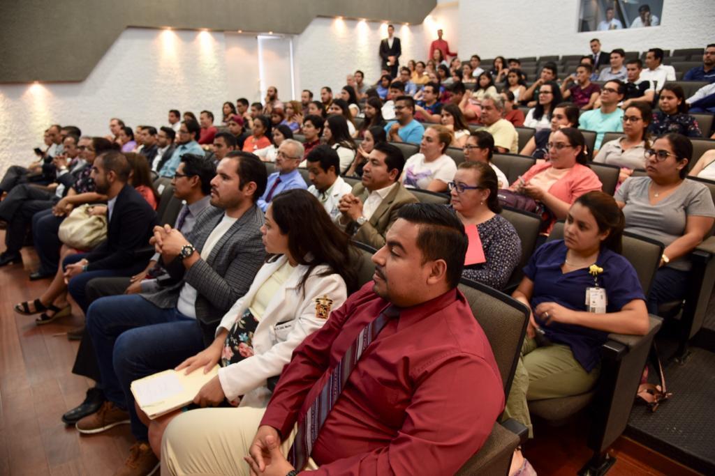 Docentes y alumnos asistentes a la presentación de evaluadores