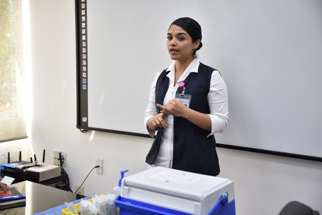 Enfermera explicando generalidades sobre la vacunac
