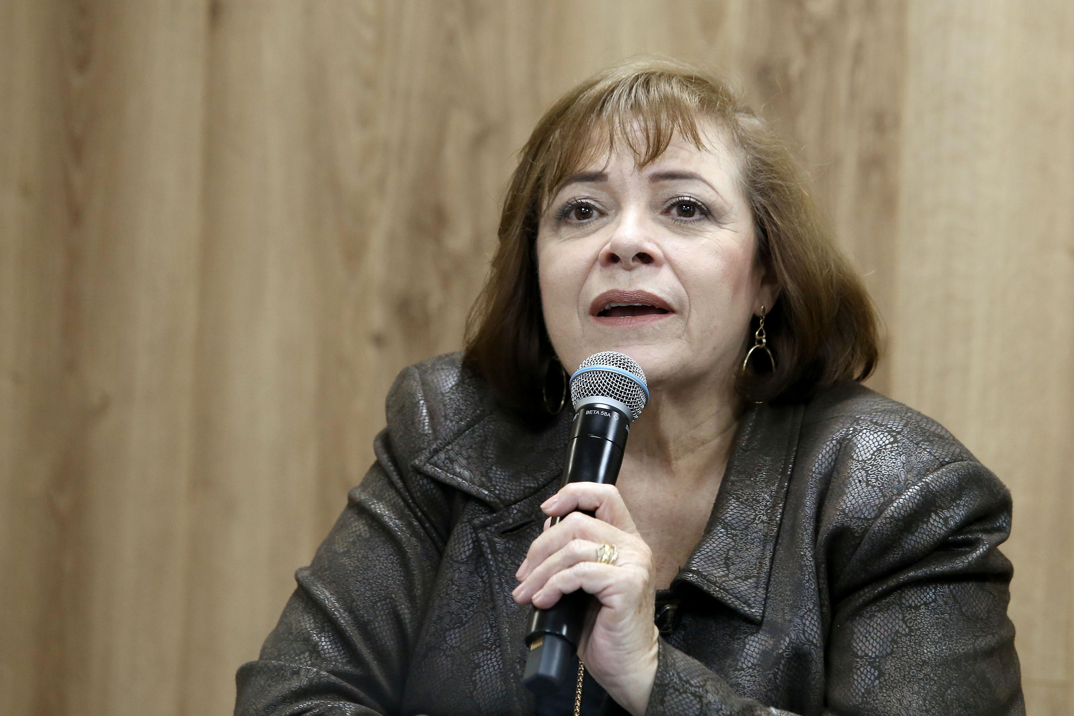 Especialista en Sexualidad al micrófono en la rueda de prensa