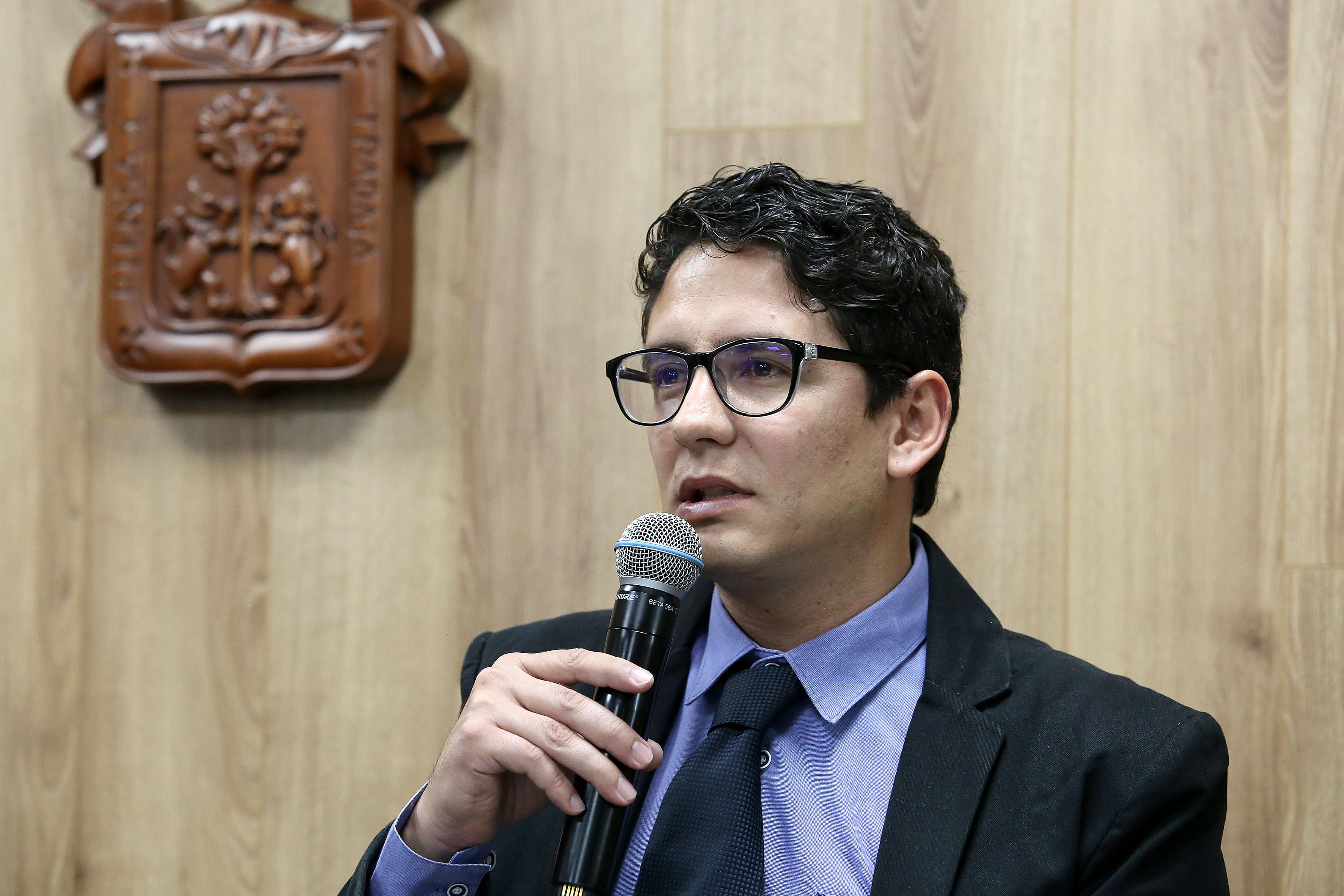 El coordinador de la 3ra. Jornada de Sexualidad al micrófono en la Rueda de Prensa