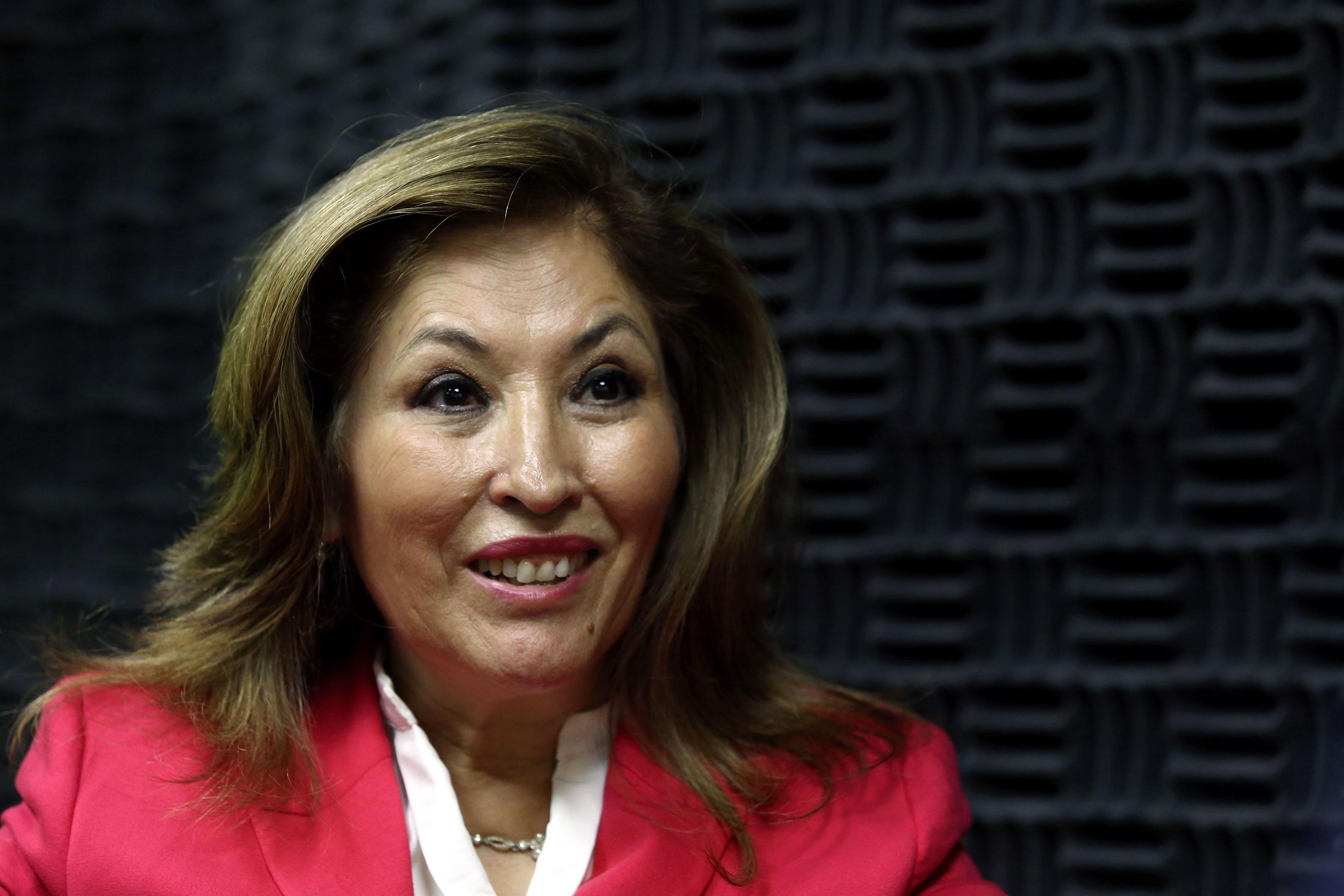 Dra Laura Cortés Sanabria con expresión de sorpresa, foto en cabina