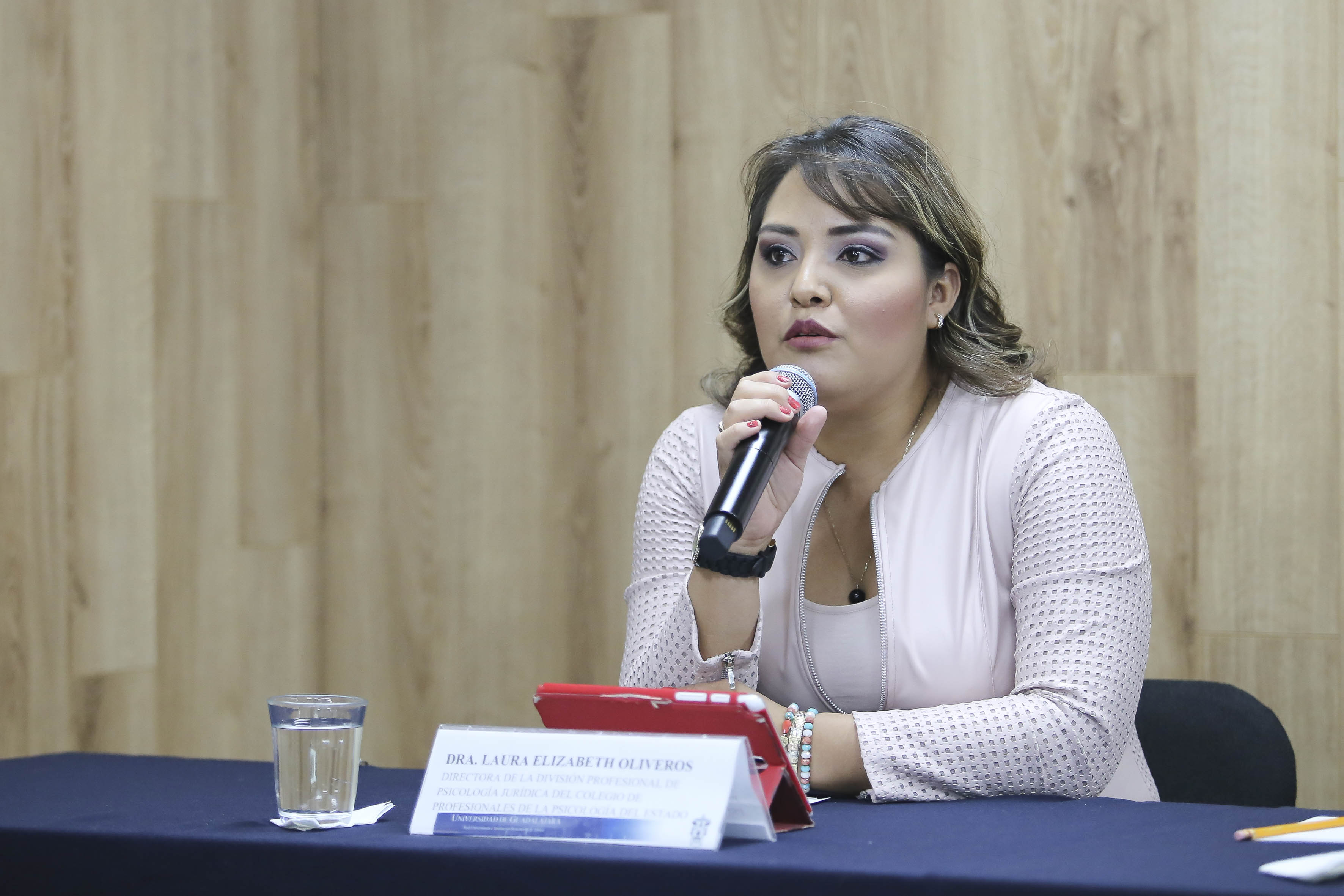 Al micrófono la Dra. Laura Elizabeth Oliveros Chávez