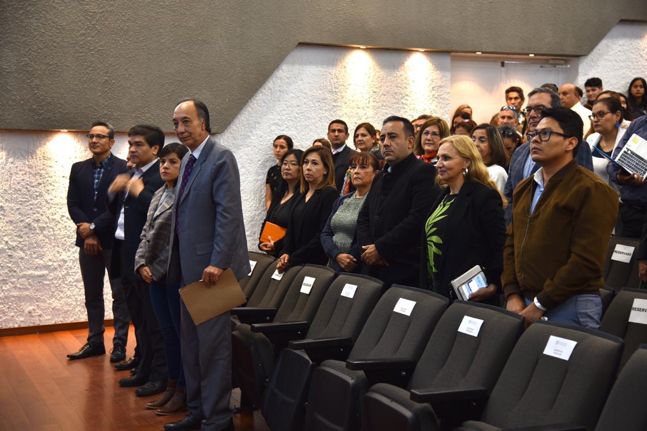 Público de pie durante el acto inaugural