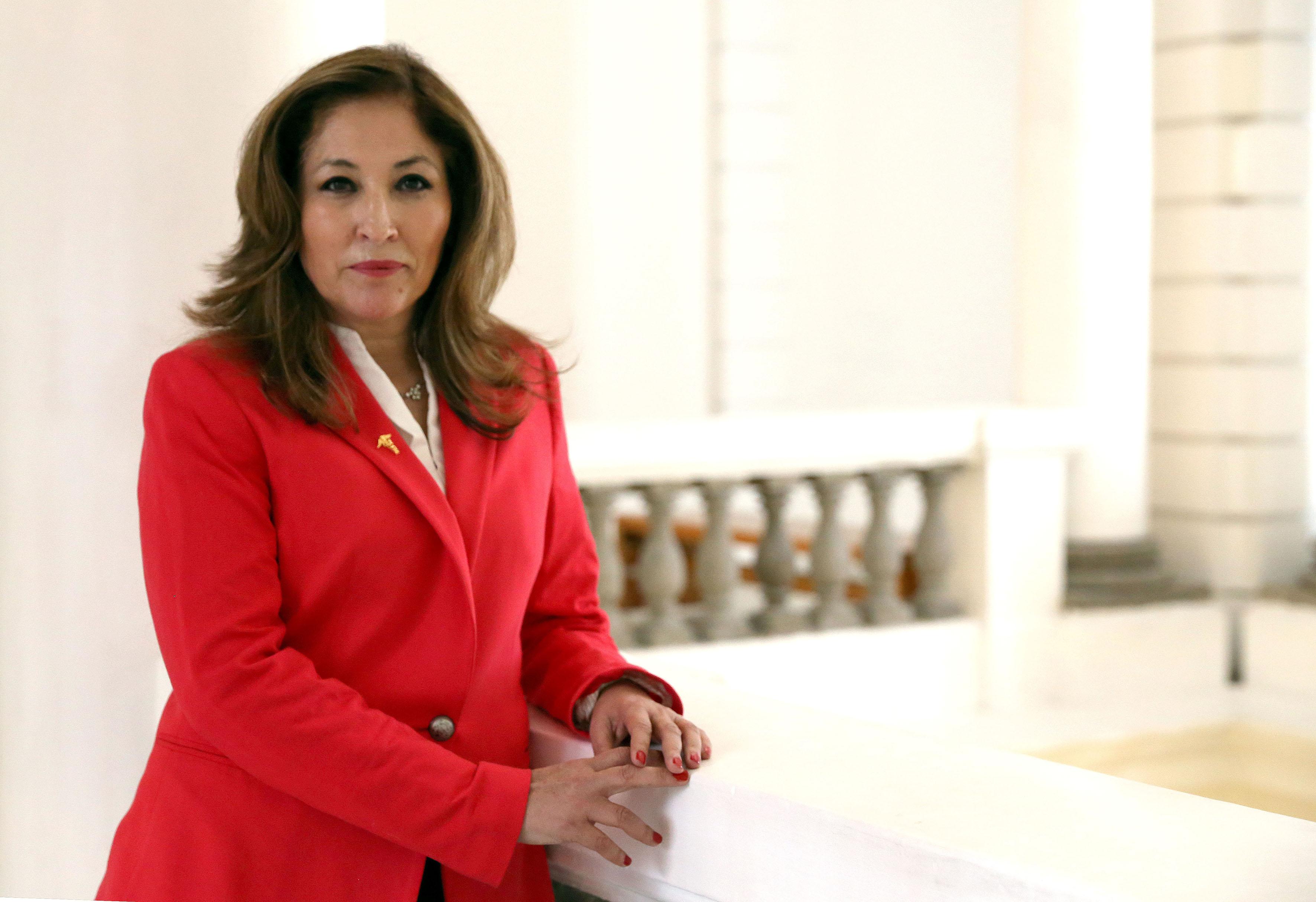 Dra Laura Cortés Sanabria posa para la foto en el barandal de la planta alta del Patio de las Columnas del MUSA