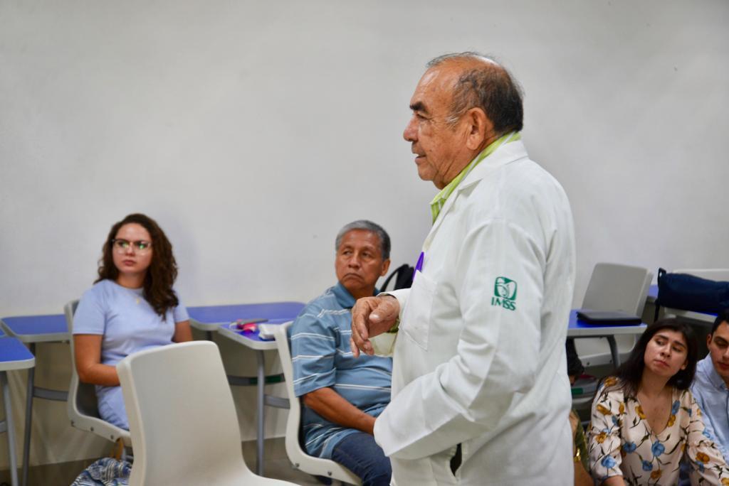 Dr. Alberto Reyes dirigiendo el conversatorio