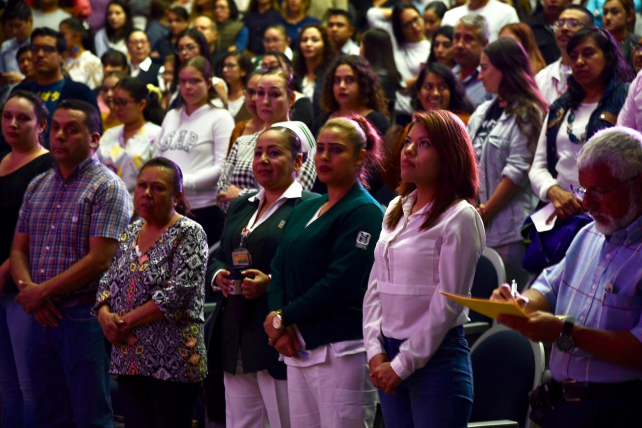 Asistentes de pie durante acto inaugural