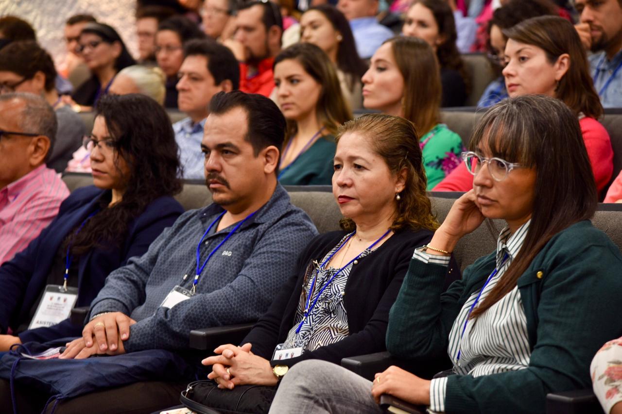 Docentes convocados al auditorio, escuchando conferencia