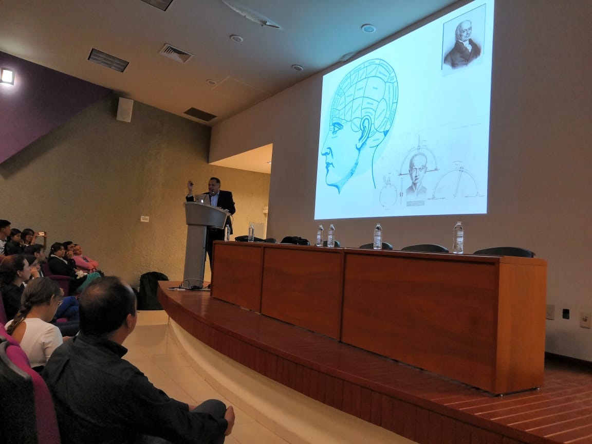 Conferencista en podium y diapositiva