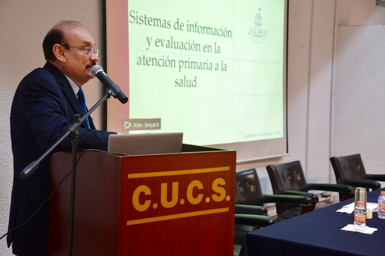 Dr. Cristóbal Ruiz Gaytán al micrófono en el podium impartiendo conferencia