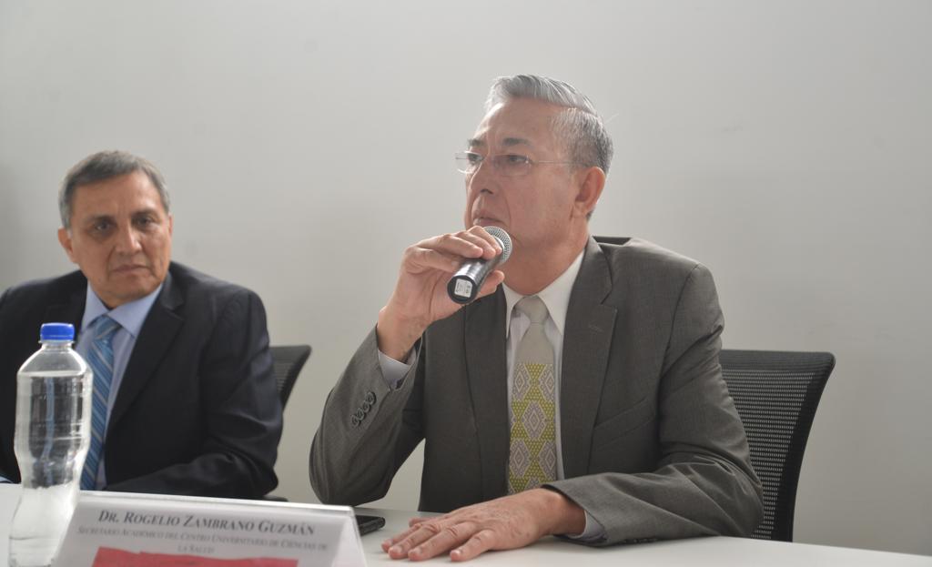 Dr. Rogelio Zambrano al micrófono ofreciendo mensaje inaugural