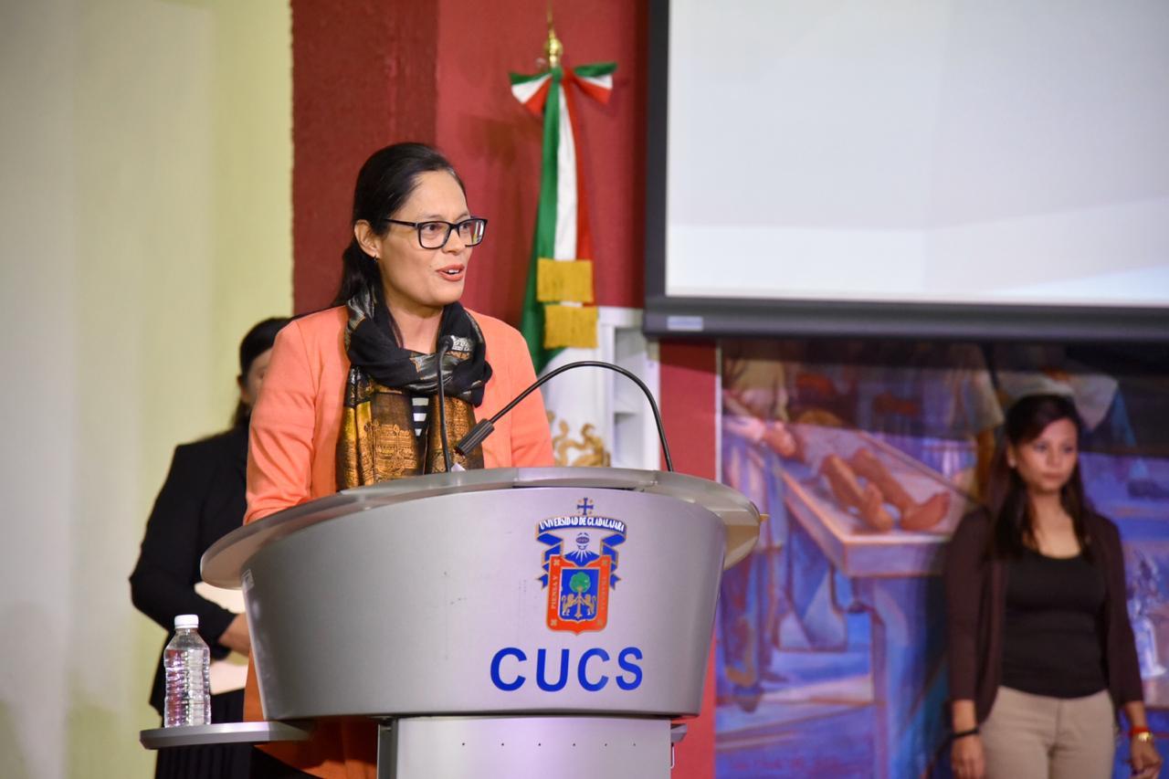 Coordunadora de la licenciatura en Nutrición dirige unas palabras a los egresados