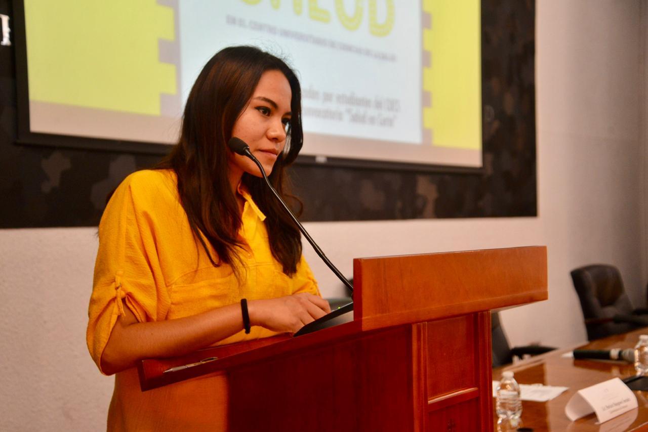Yaharia Urzúa, segundo lugar haciendo uso de la voz en el podio