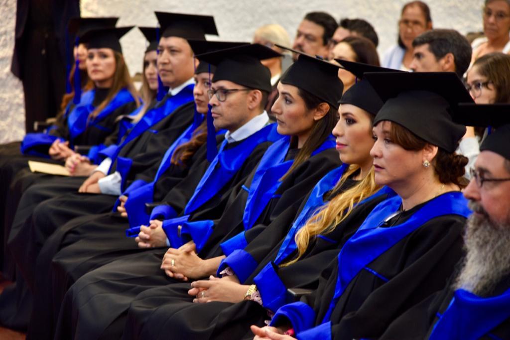 Alumnos graduados con toga y birrete