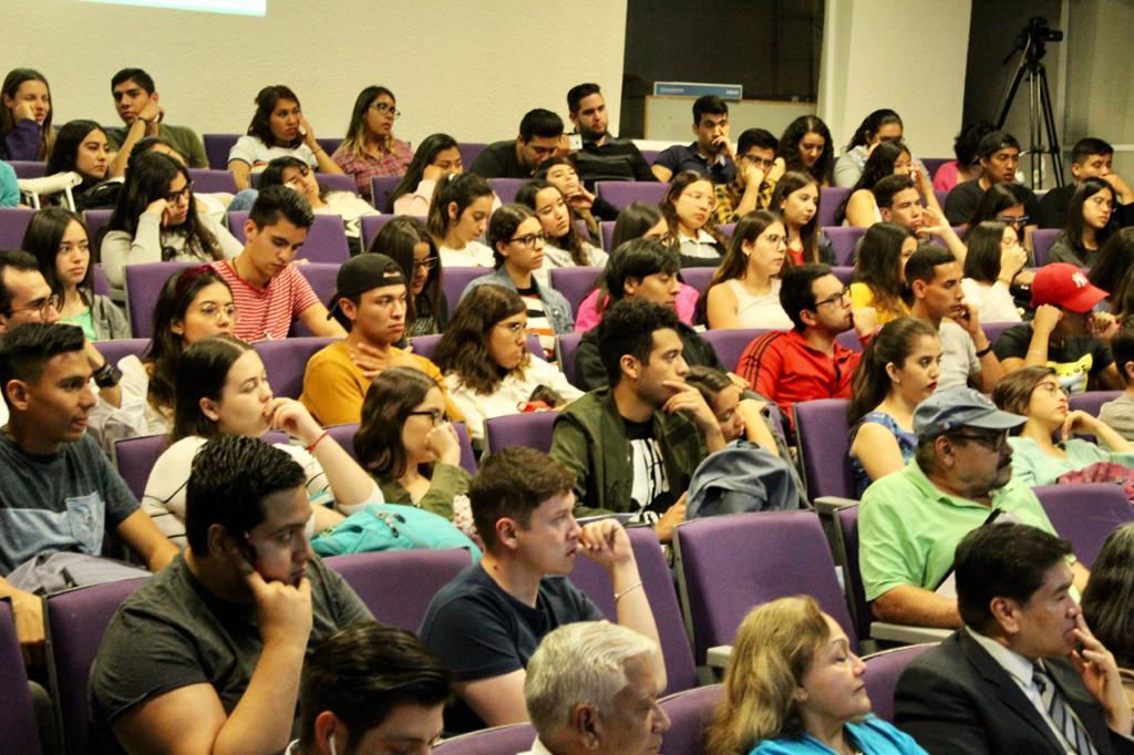 Estudiantes y público asistente a la conferencia. Auditorio a lleno total