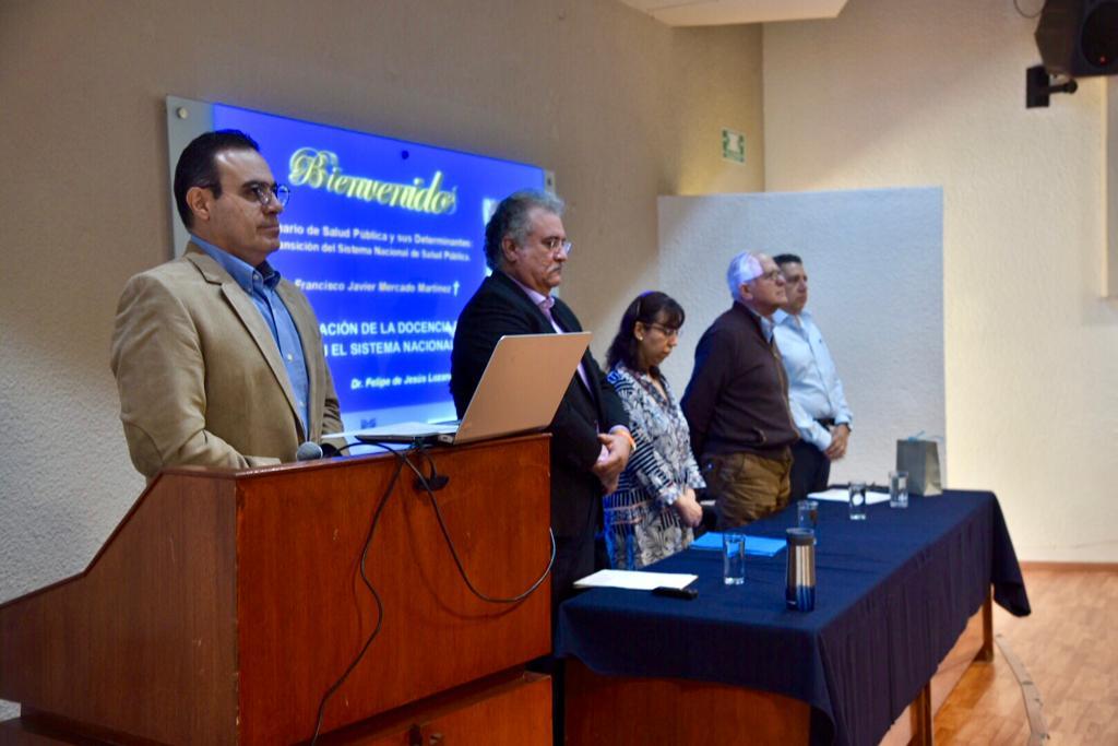 Miembros del presídium dedicando un minuto de silencio al Dr. Francisco Mercado