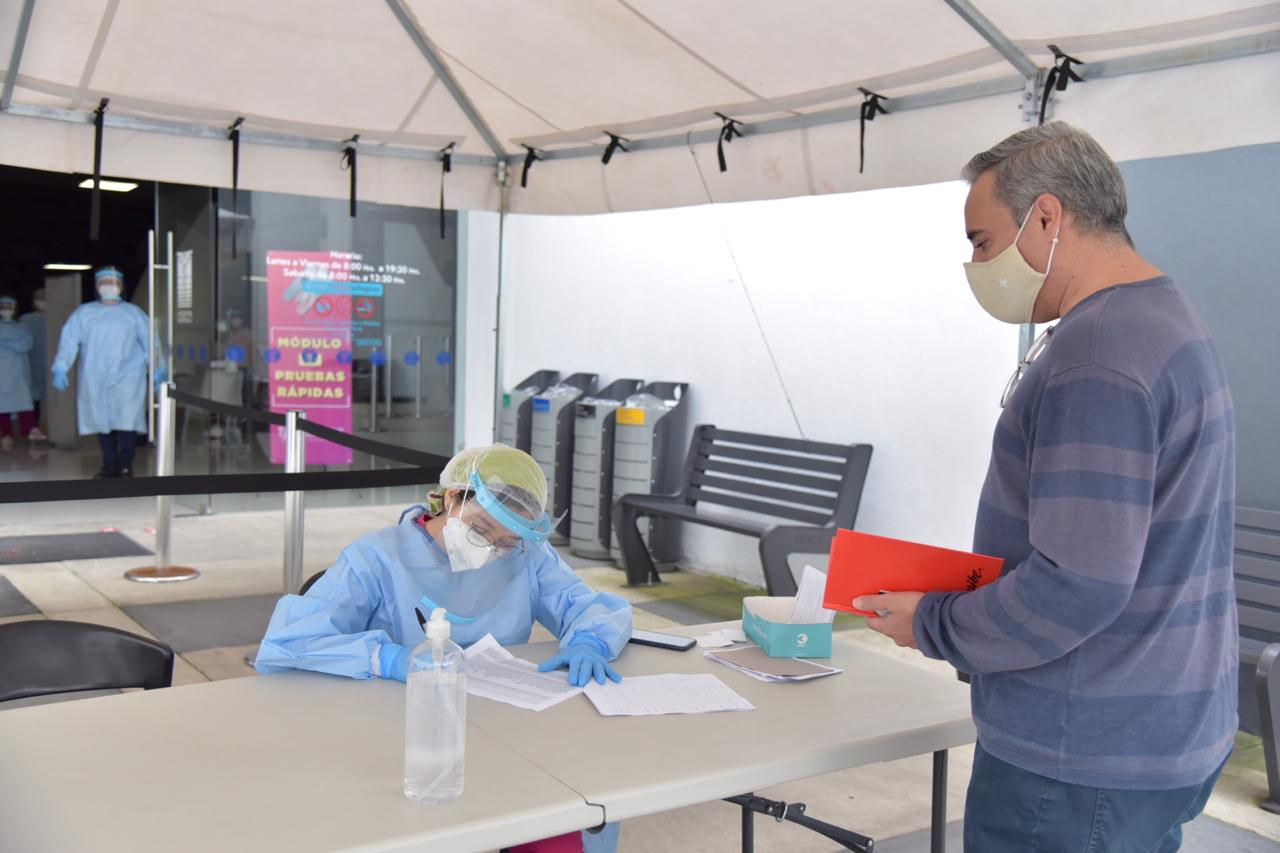 Paciente acercándose al Módulo de Pruebas Serológicas del CUCS