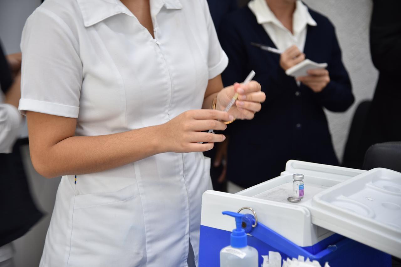 Enfermera preparando la jeringa con el biológico