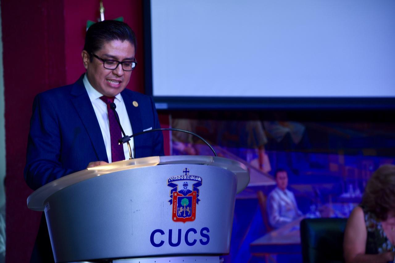 Rector ofreciendo discurso a graduados en el pódium