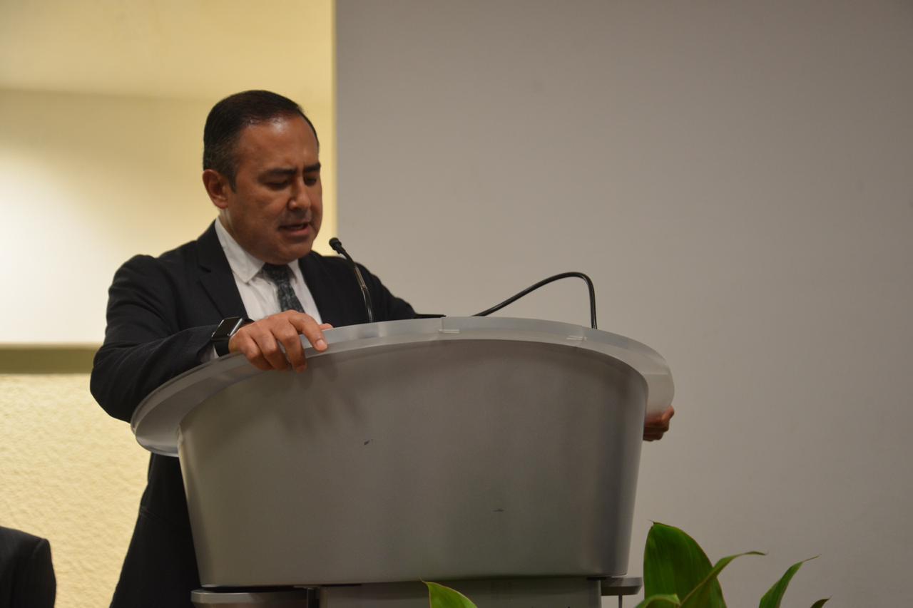 Rector CUCS ofreciendo mensaje en el podio
