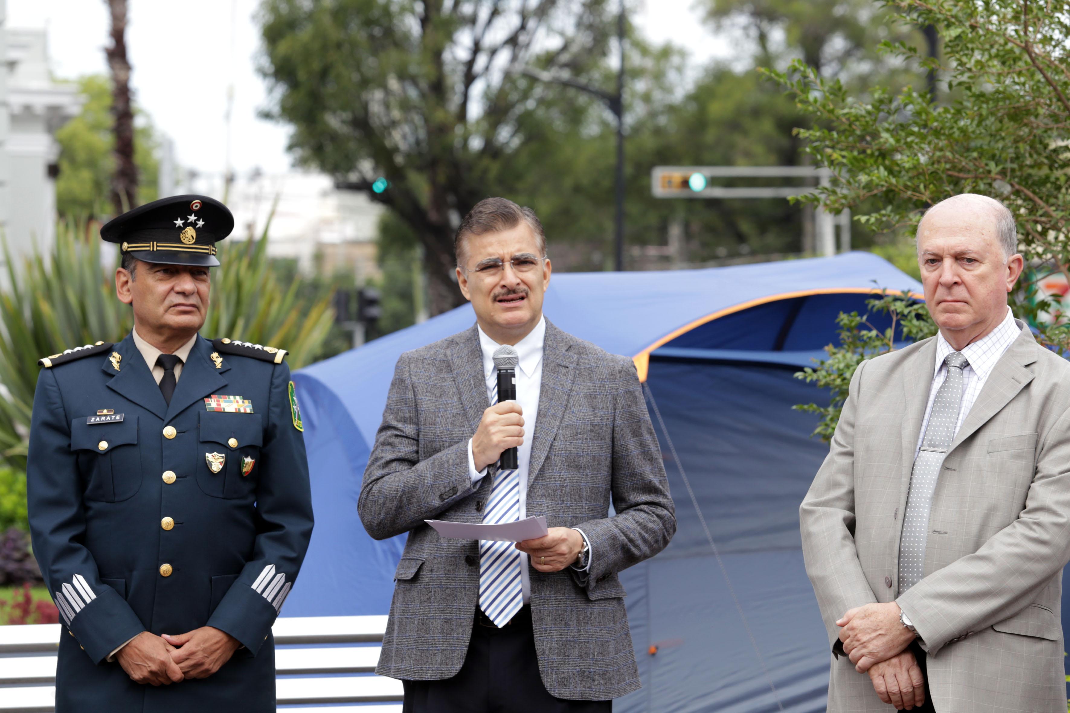 Rector General habla en compañía del vice rector y del General de la V Zona Militar