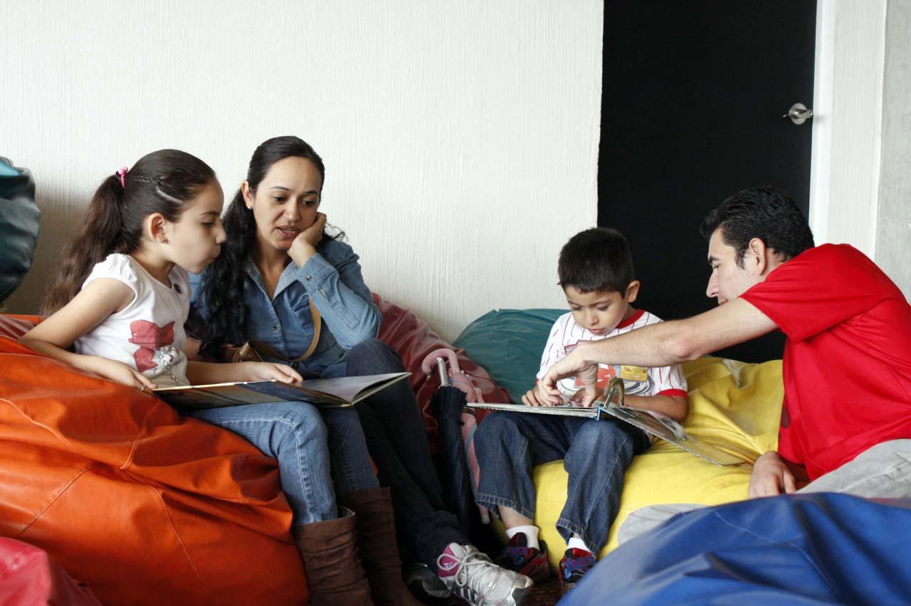 Familia conviviendo con hijos