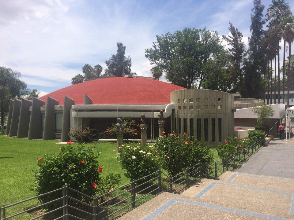 Vista externa del Auditorio Dr. Roberto Mendiola Orta