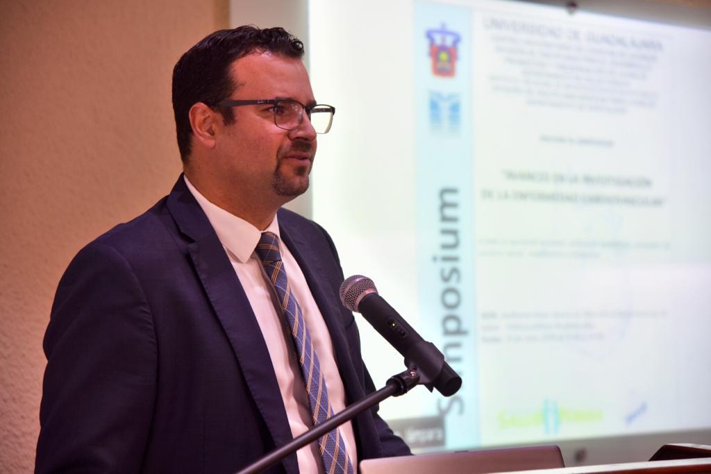Secretario Académico del CUCS declarando inaugurado el Simposium
