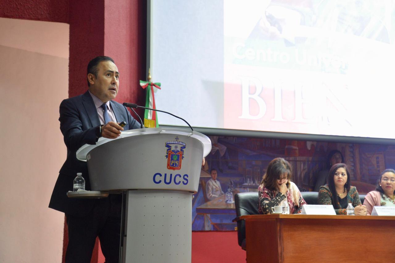 Rector del CUCS dando mensaje de bienvenida al iniciar proceso de reacreditación