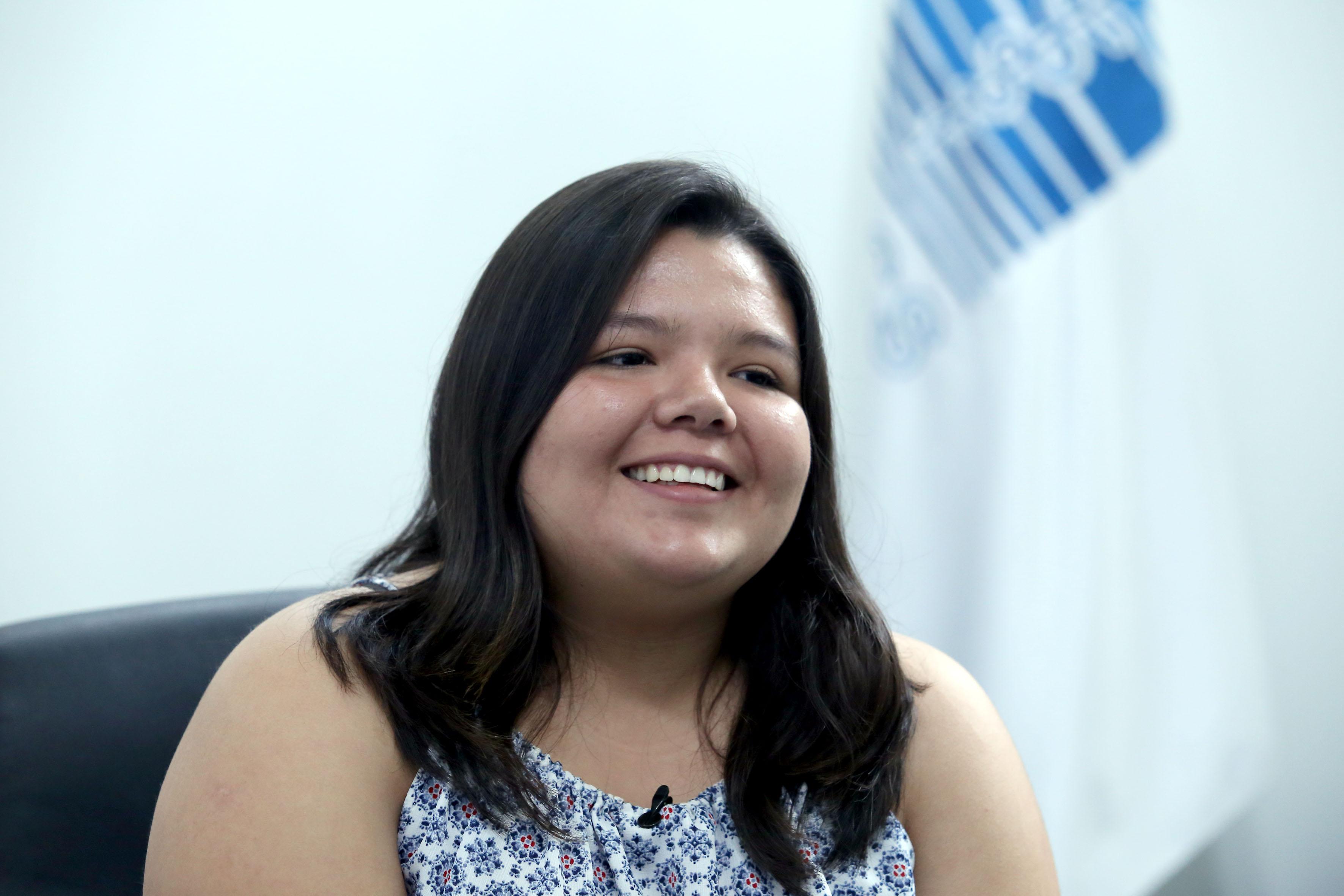 Alumna con mejor promedio sonrriendo durante la entrevista
