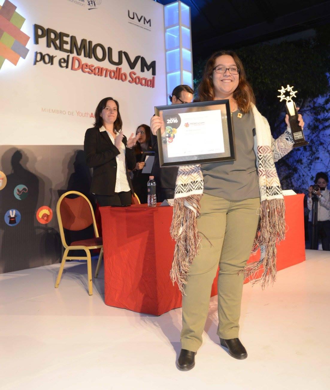 Alumna de Psicología exhibiendo su premio
