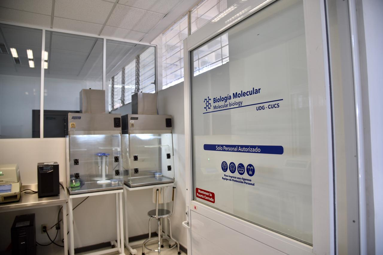 Puerta de ingreso con letrero al área de Biología Molecular del LaDEER