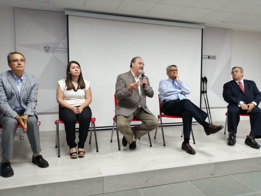 Directores del libro durante la presentación del mismo. Al micrófono el Secretario de Salud