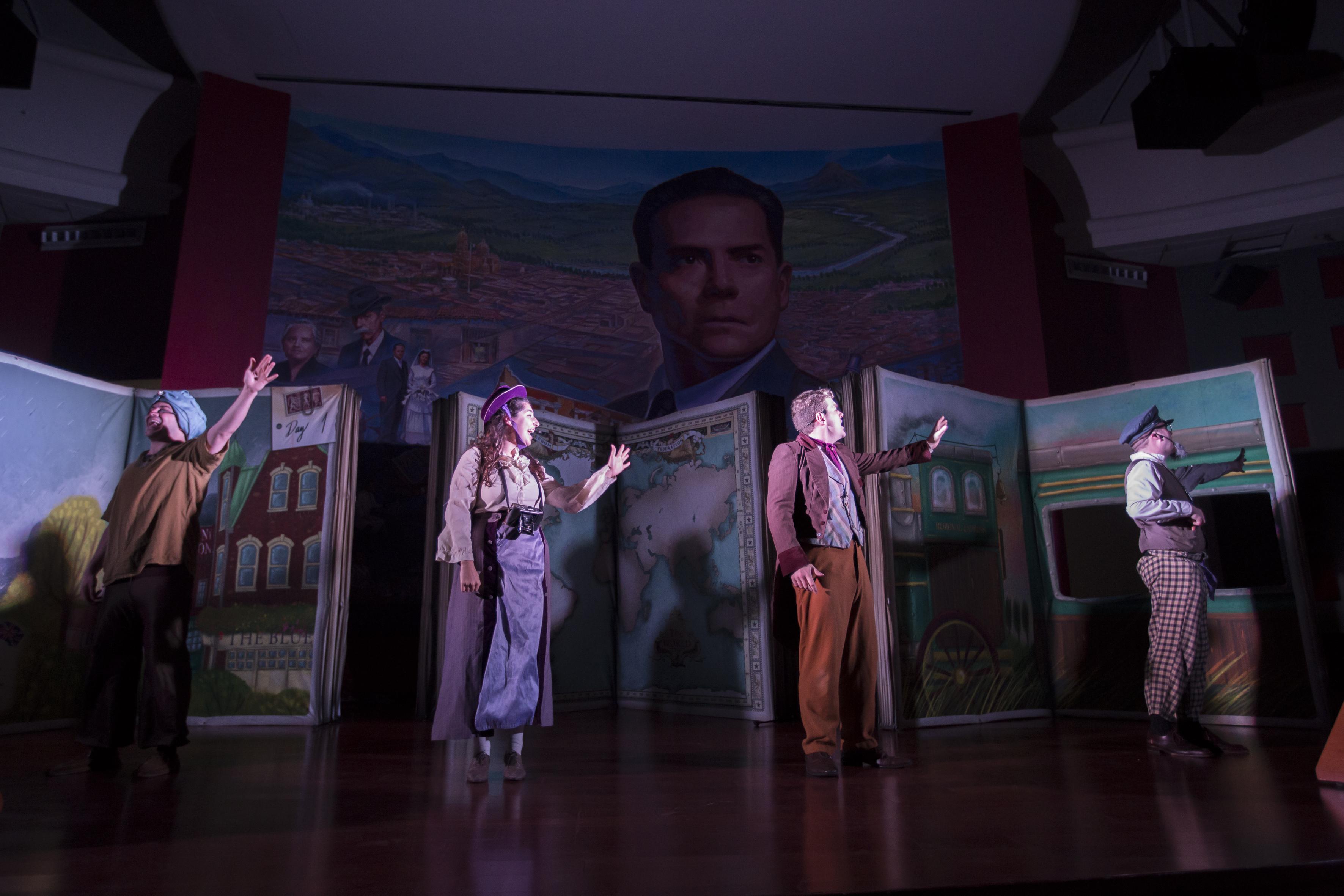 Actores de la obra La vuelta al mundo en 80 días, de Julio Verne que presentó la compañía argentina Art Spot