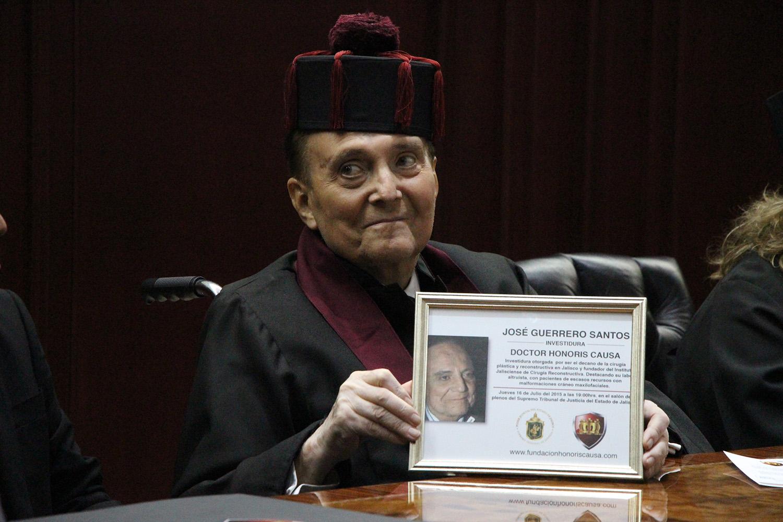Dr. José Guerrero Santos exhibiendo reconocimiento. Foto de archivo de SSJ