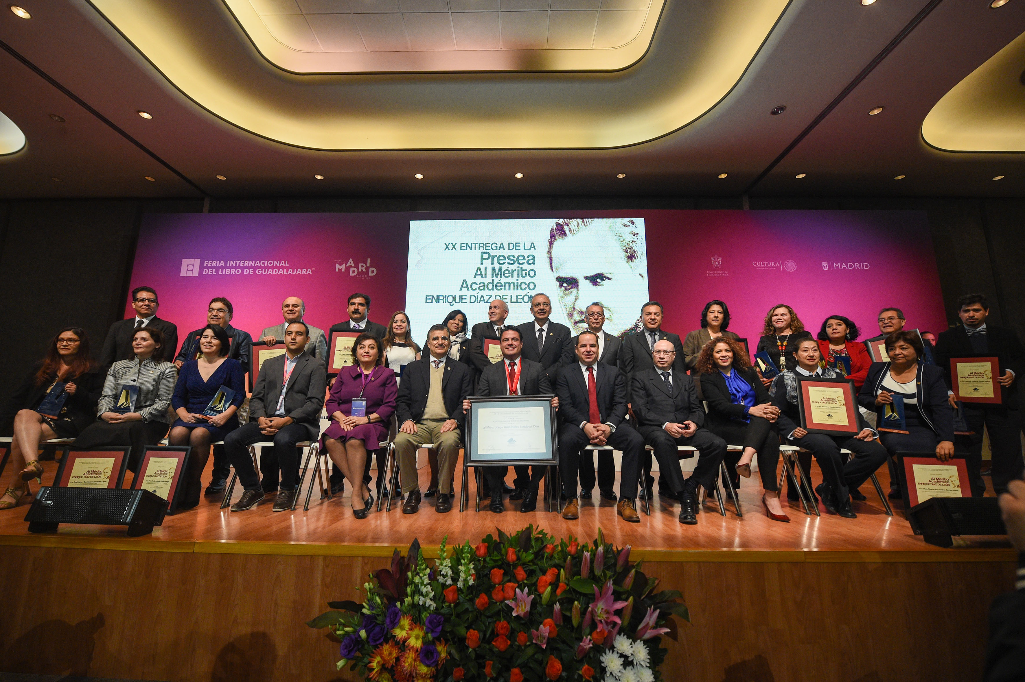 Foto grupal de académicos galardonados y autoridades universitarias con el gobernador del estado.