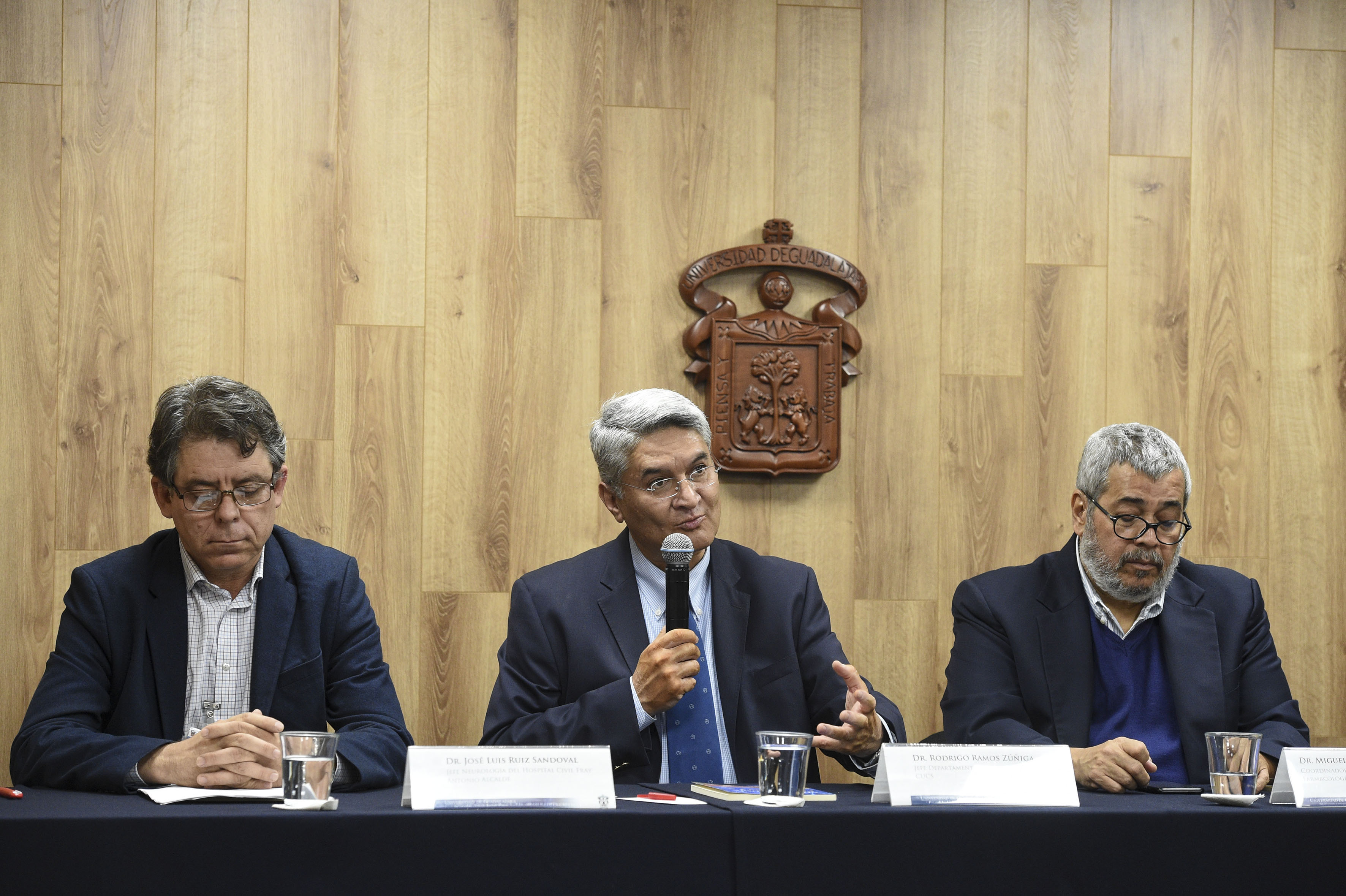Al micrófono el Dr. Rodrigo Ramos Zúñiga en compañía de los miembros del presídium