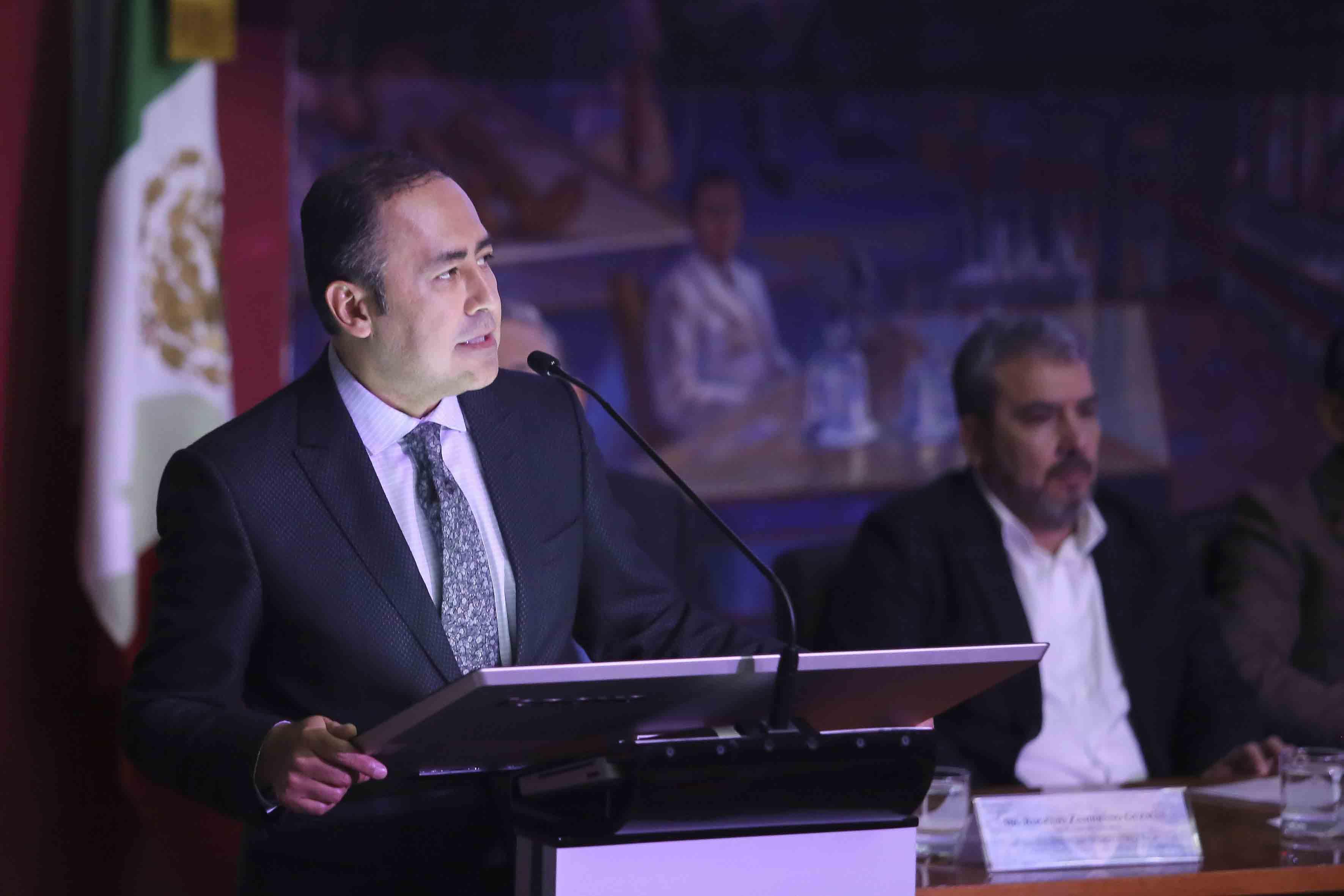 Dr. Jaime Andrade en el podium rindiendo su informe de actividades