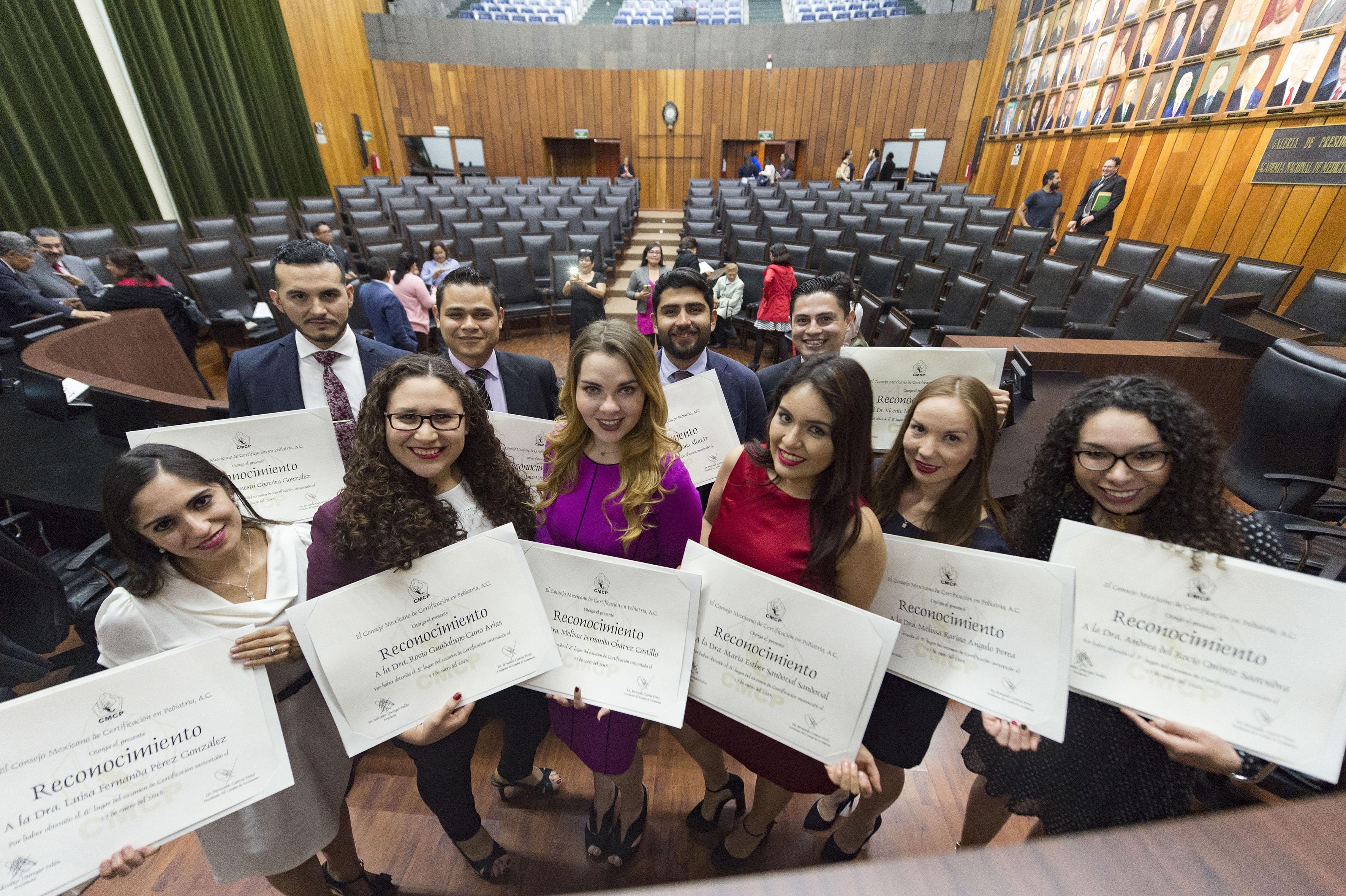 Grupo de 8 residentes de Pediatría del CUCS exhibiendo su reconocimiento