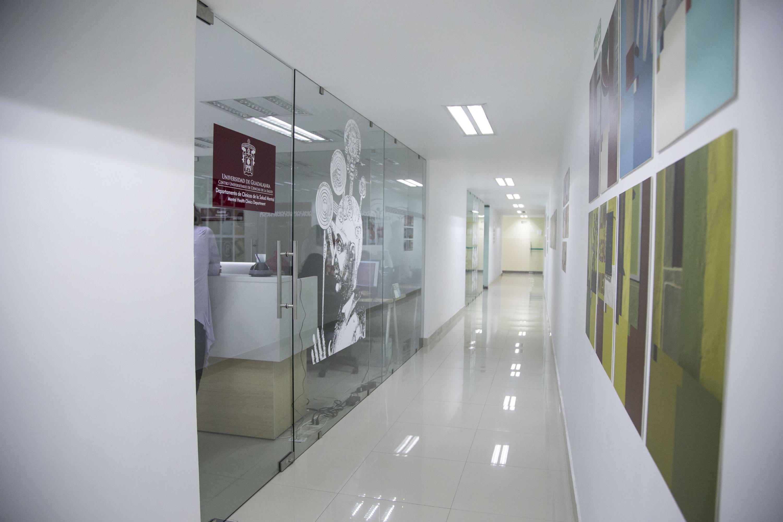 Pasillo de la planta alta del Edificio H donde se ubican las oficinas de los Departamentos y de la coordinación de la Lic. en Psicología