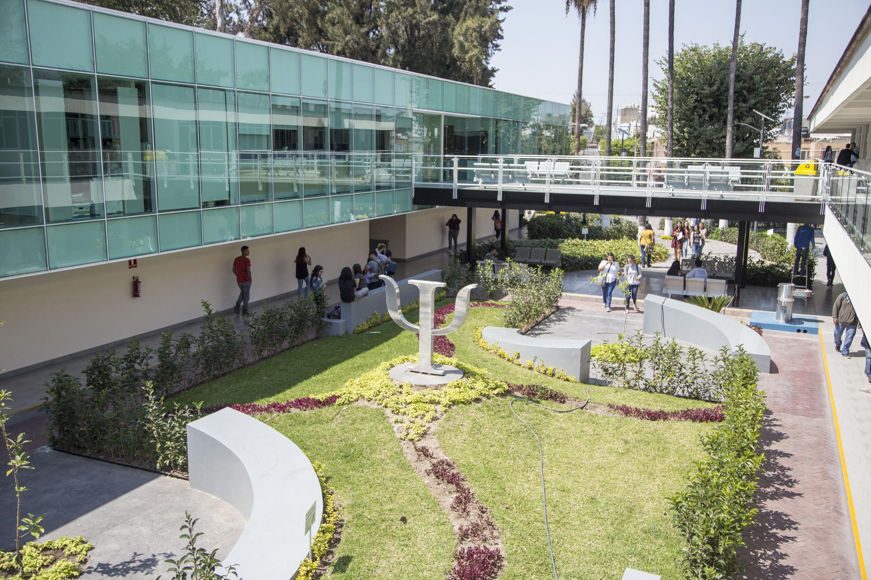 Vista panorámica del remodelado edificio de la Licenciatura en Psicología y oficinas escolares