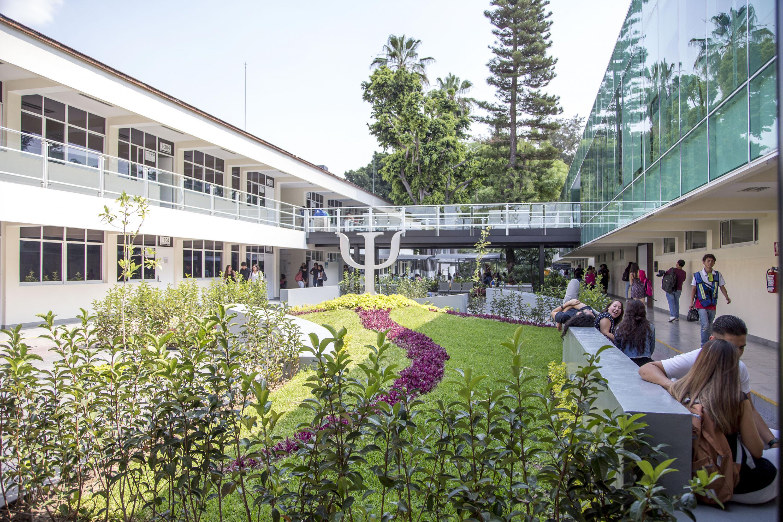 Vista de nivel de aulas, oficinas y jardines de Psicología