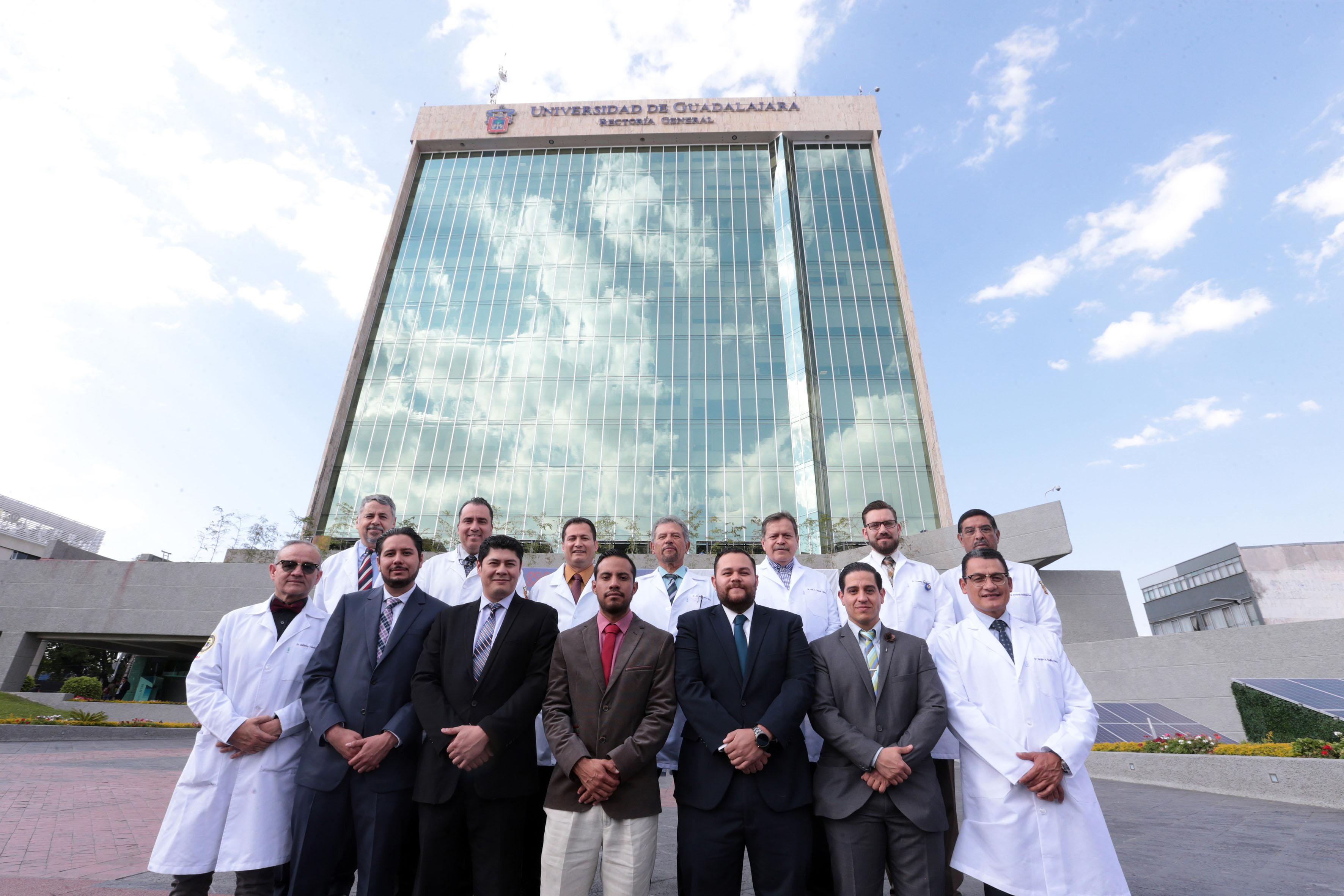 Cirujanos pediatras, residentes y ttulares a las afueras del edificio de Rectoría General