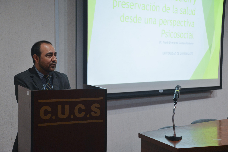 Experto Universidad de Guanajuato impartiendo conferencia en CUCS