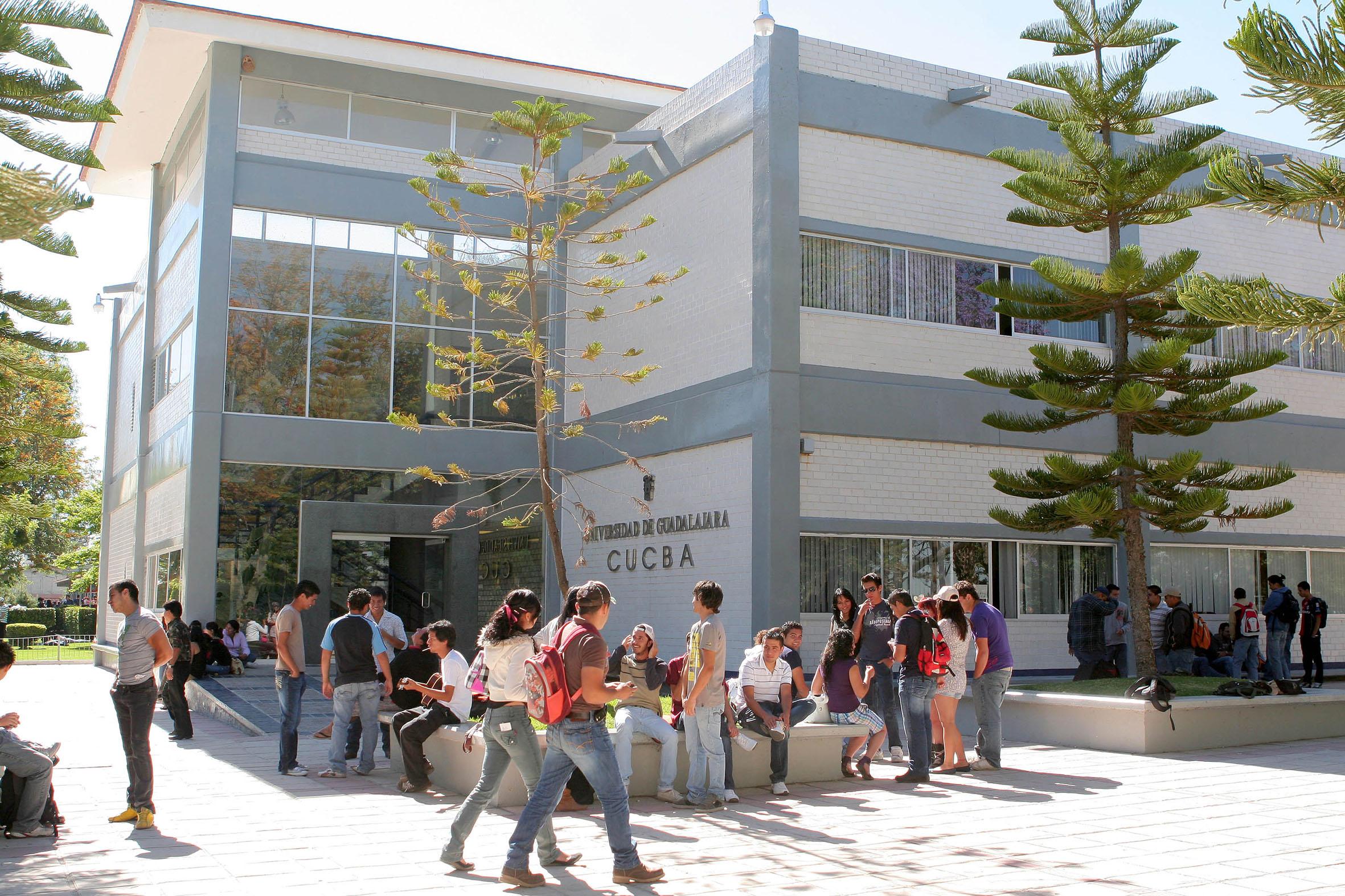 Alumnos ingresando a plantel escolar